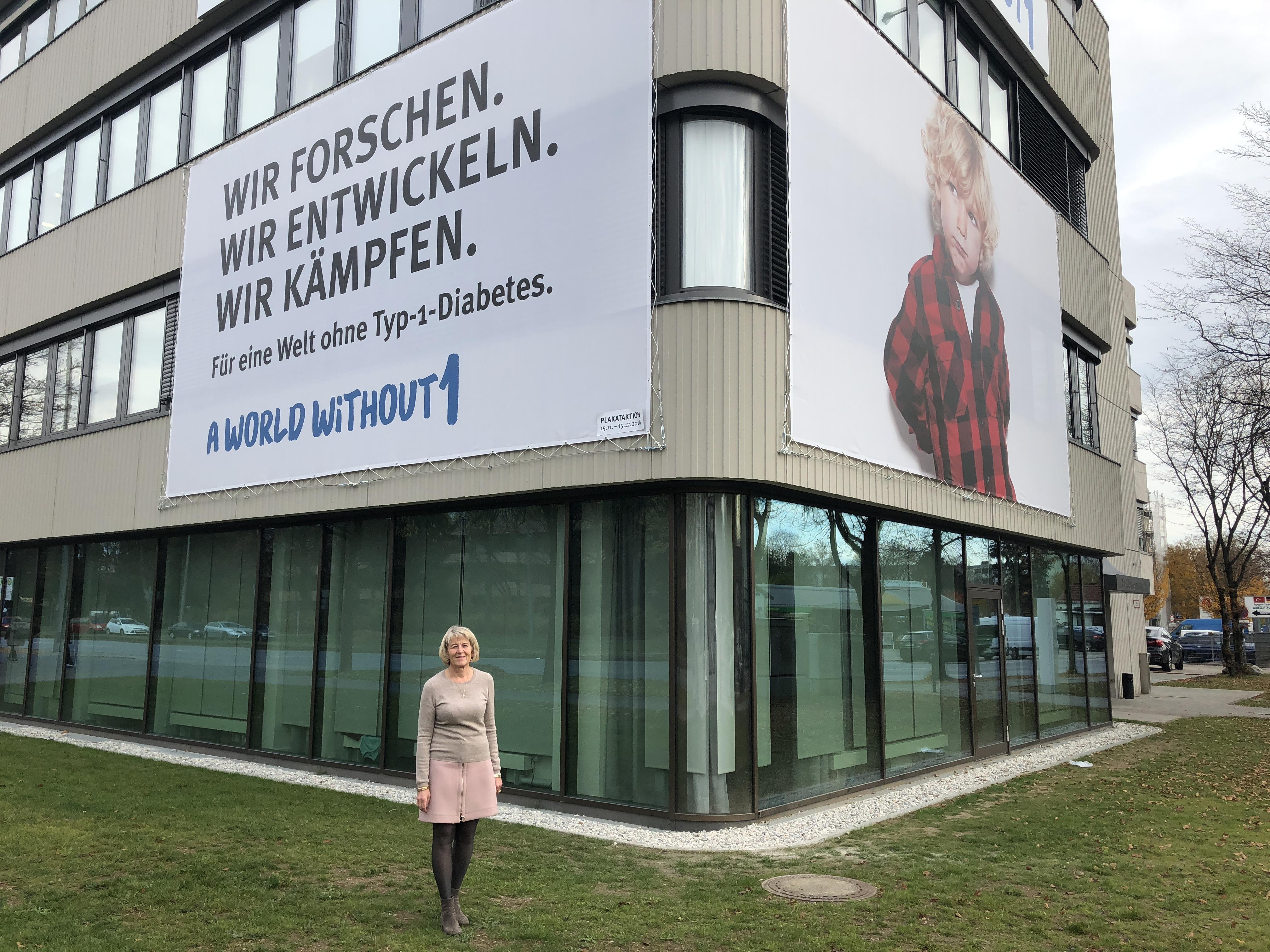 aww1_presse_Anette_Ziegler_vor_Studienzentrum_Muenchen