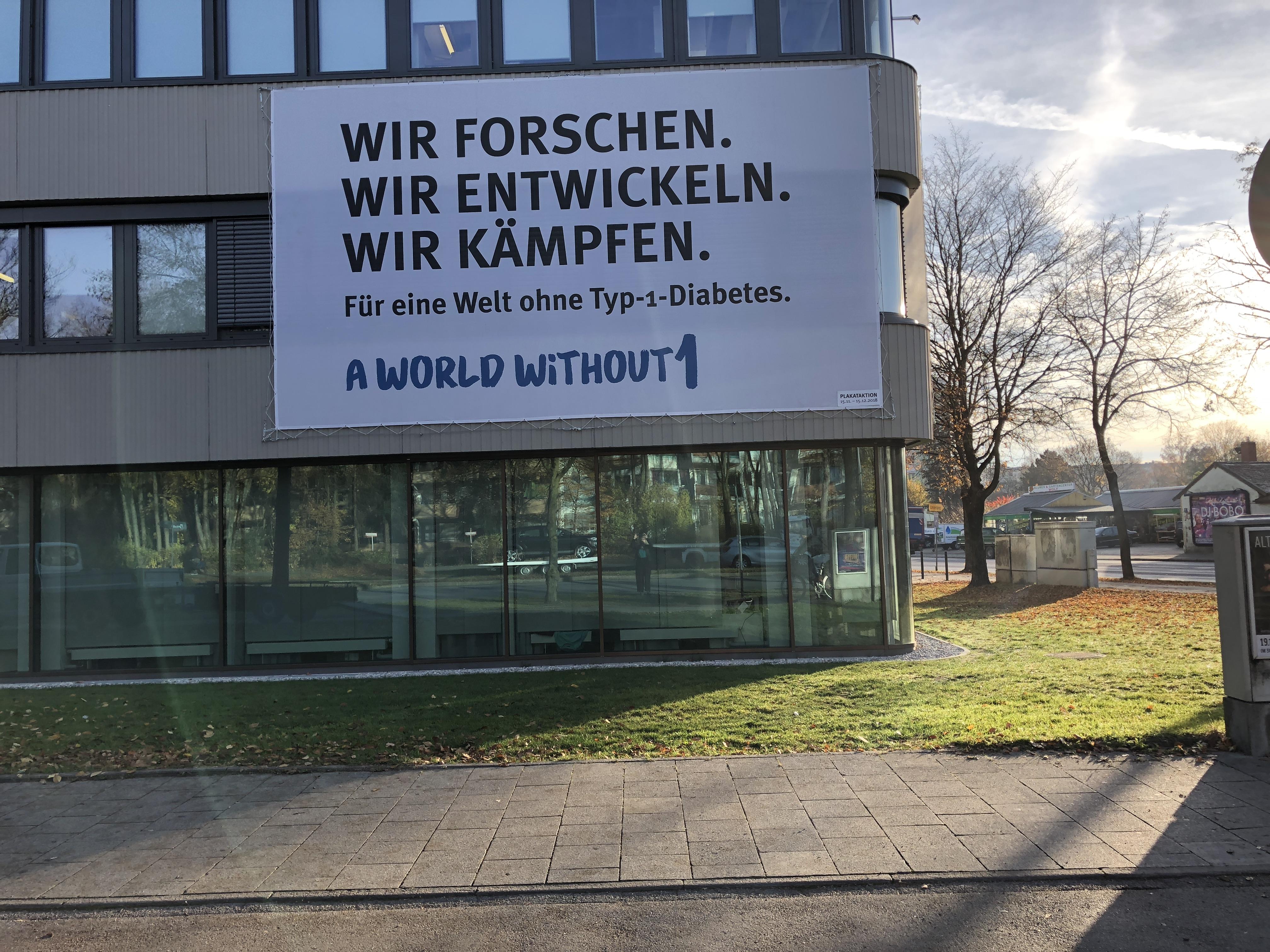aww1_presse_Banner_an_Fassade_des_Studienzentrums_Muenchen